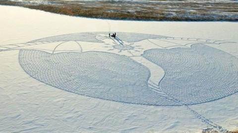 Cet artiste marche toute la journée en Sibérie pour créer de gigantesques fresques de neiges