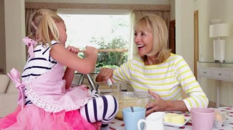 S'occuper de leurs petits-enfants est bénéfique pour les grands-mères