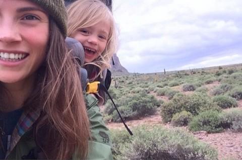 Elle découvre des endroits merveilleux avec sa fille de 3 ans sur le dos