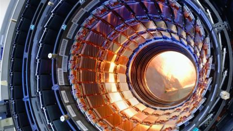 Le CERN va essayer de créer des mini trous noirs et prouver l'existence d'univers parallèles