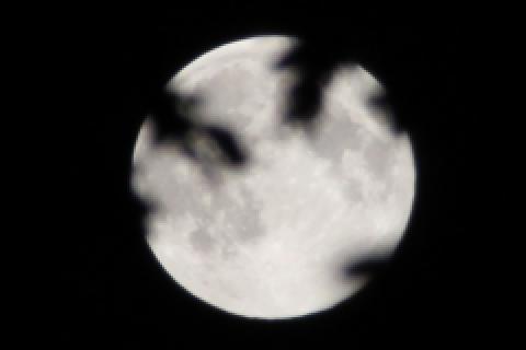 Quand la Lune est au-dessus des nuages, il pleut moins