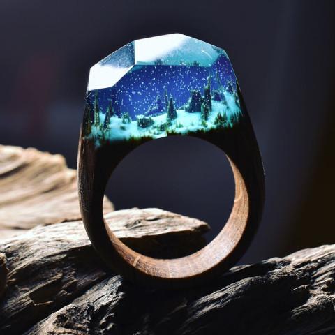 Des mondes miniatures à l'intérieur de bagues magiques en bois par Secret Wood