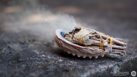 La science derrière la purification: ce qui se passe vraiment quand nous brûlons de la sauge