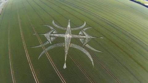 Un nouveau mystérieux crop circle apparaît près de Stonehenge