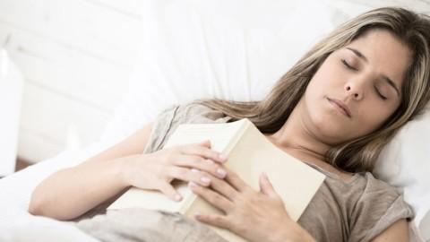 Si votre corps sursaute pendant l'endormissement, voici ce que cela signifie