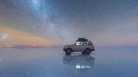 La voie lactée reflétée sur le plus grand désert de sel du monde