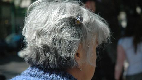 Testez ce mélange à l'huile de coco et au citronpour que vos cheveux gris retrouvent leur couleur naturelle