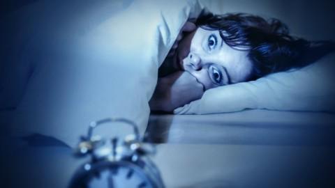 Vous êtes vous déjà réveillé pendant la nuit sans être capable de bouger, voici quoi faire et ce que cela signifie…