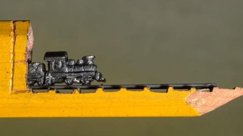 Une artiste sculpte un train miniature incroyablement détaillé dans un crayon de charpentier