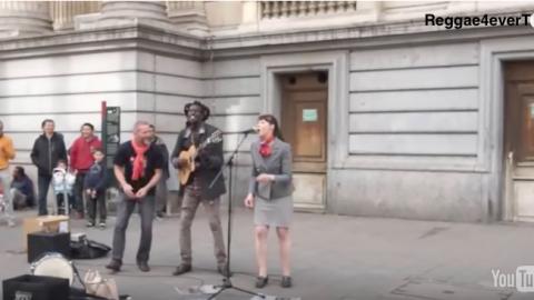 Une femme surprend tout le monde avec sa reprise de «three little birds» de Bob Marley