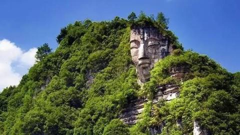 La plus immense statue de Bouddha au monde, taillée dans la roche, refait surface