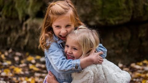 Selon des recherches, le plus jeune des frères et sœurs est le plus drôle