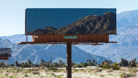 Un artiste remplace des panneaux d'affichage avec des photos des paysages qu'ils cachent