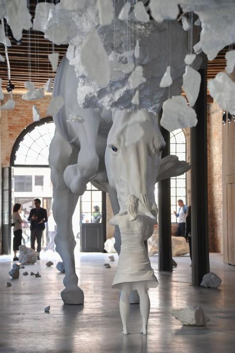 Une fille rencontre un cheval blanc géant glacé en plein air dans le pavillon argentin de la Biennale de Venise