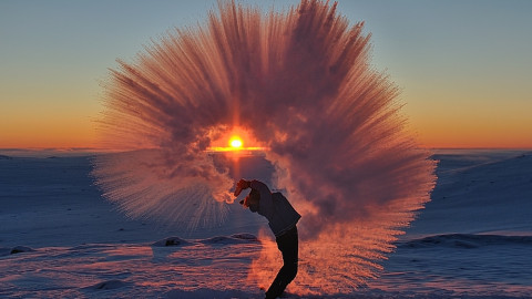 Excaver un thermos de thé actif à -40 ° C contre du pourtour septentrional arctique