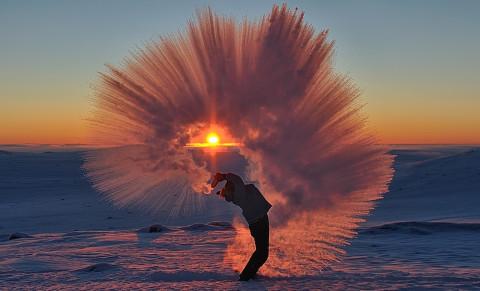 Vider un thermos de thé chaud à -40 ° C près du cercle polaire arctique
