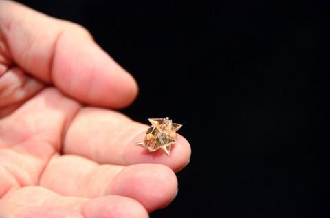 Un robot origami pliant qui peut marcher, grimper, creuser, porter, nager et qui peut se dissoudre