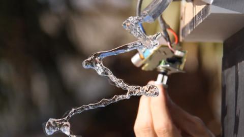 Voici ce qui se passe quand vous faites couler de l'eau à travers une onde sinusoïdale de 24hz