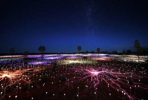 Un artiste utilise 50 000 lumières pour faire du désert un paysage psychédélique