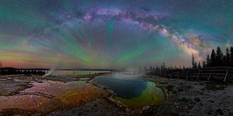 La Voie Lactée « arc-en-ciel » au-dessus de Yellowstone vous coupera le souffle